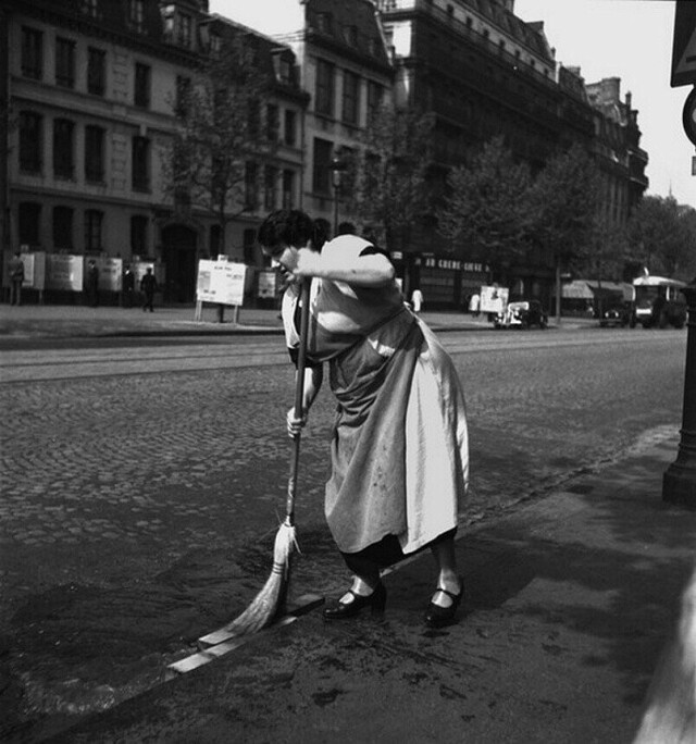 Дворник. Монпарнас, Париж, 1937. Фотограф Эмиль Савитри