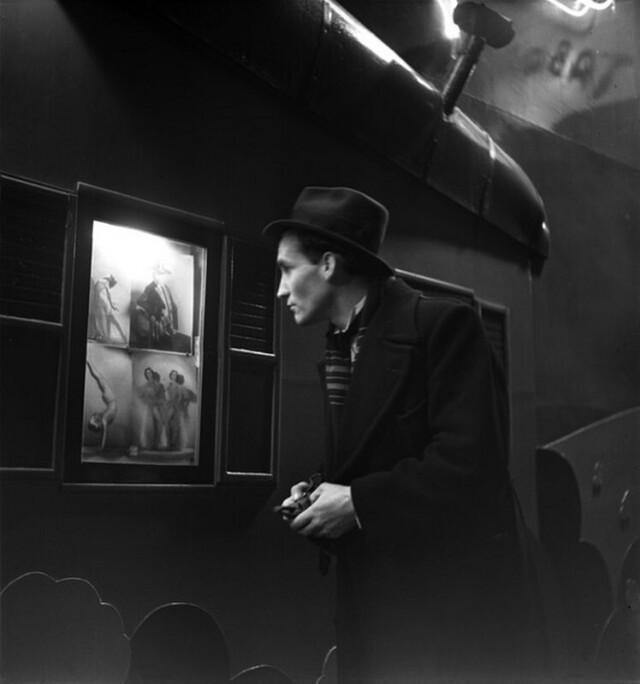Перед кабаре, Пигаль, Париж, 1938. Фотограф Эмиль Савитри