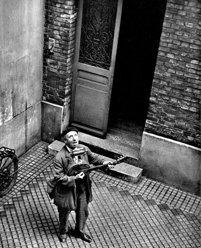 Уличный певец, Париж, 1950-е. Фотограф Эмиль Савитри