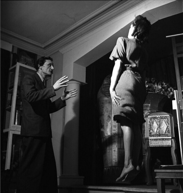 Фокусник Ги Берт, Париж, 1947. Фотограф Эмиль Савитри
