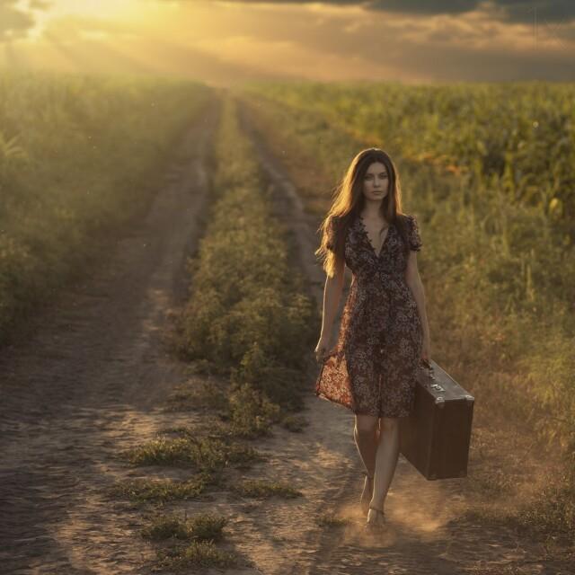 Девушка с чемоданом. Фотограф Давид Дубницкий