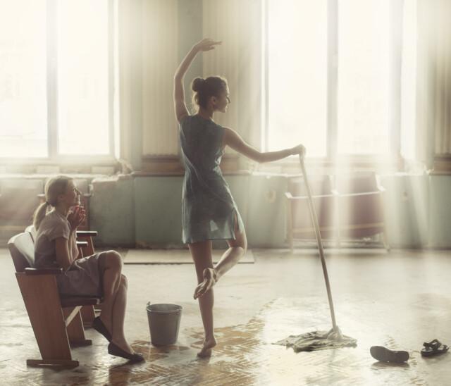 Танец со шваброй. Фотограф Давид Дубницкий
