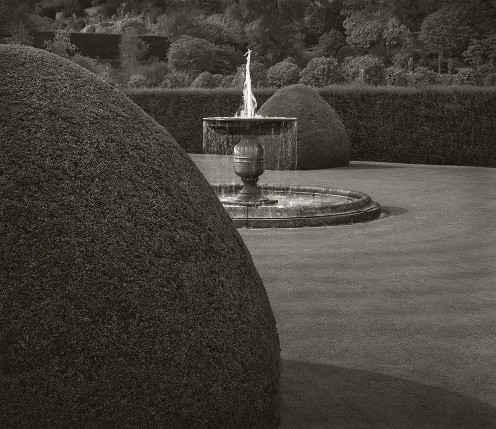 Фонтан, замок Поуис, Уэльс, Англия. Бет Доу