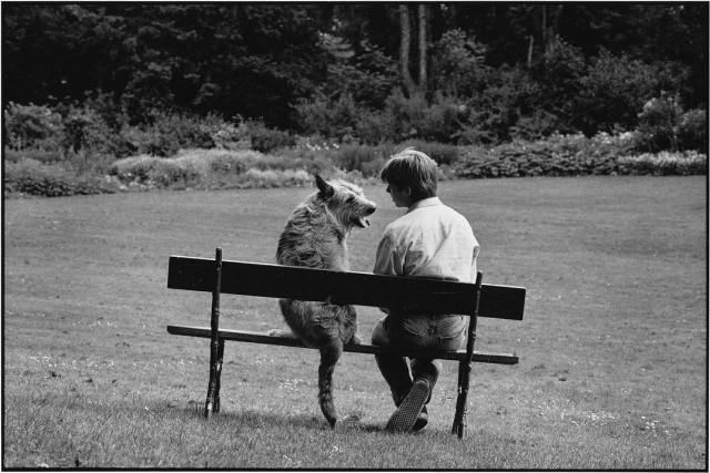 С лучшим другом. Париж, 1989. Фотограф Эллиотт Эрвитт