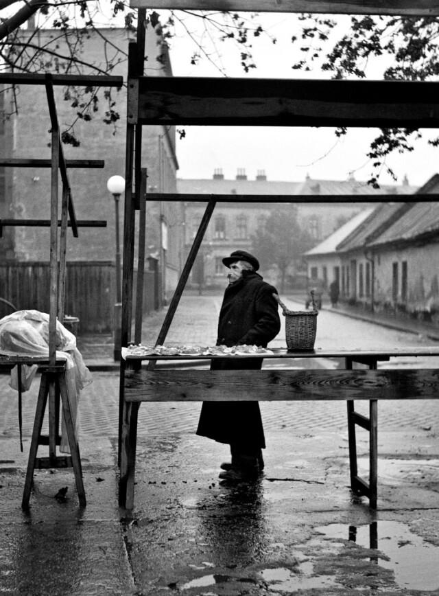 Продавец грибов, Простеёв, 1955. Фотограф Милон Новотны