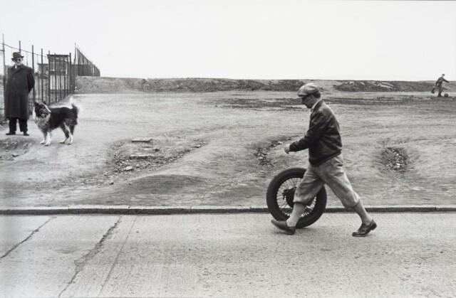 Человек с колесом, ок. 1958. Фотограф Милон Новотны