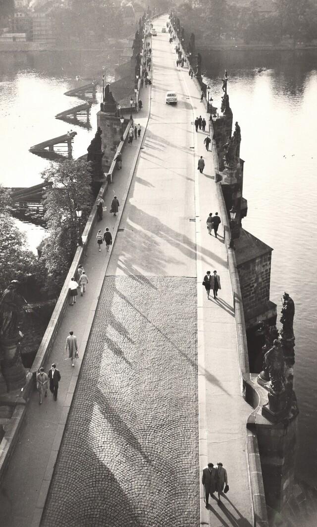 Пешеходы и Карлов мост в Праге, 1949. Фотограф Зденко Фейфар