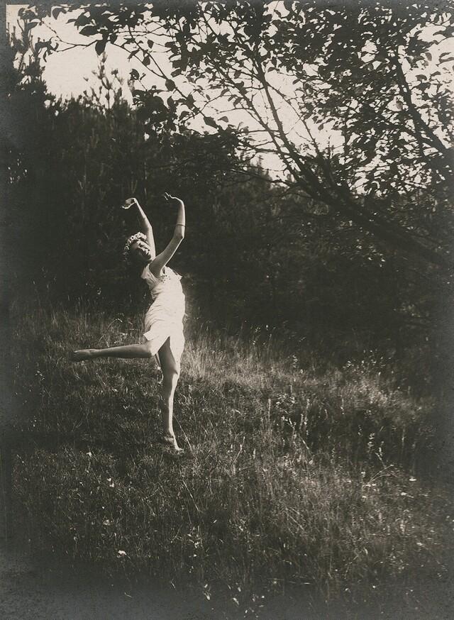 Танцы на природе, ок. 1919. Фотограф Франтишек Дртикол