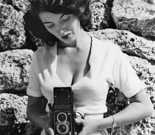 Банни Йеджер со своей фотокамерой Rolleiflex