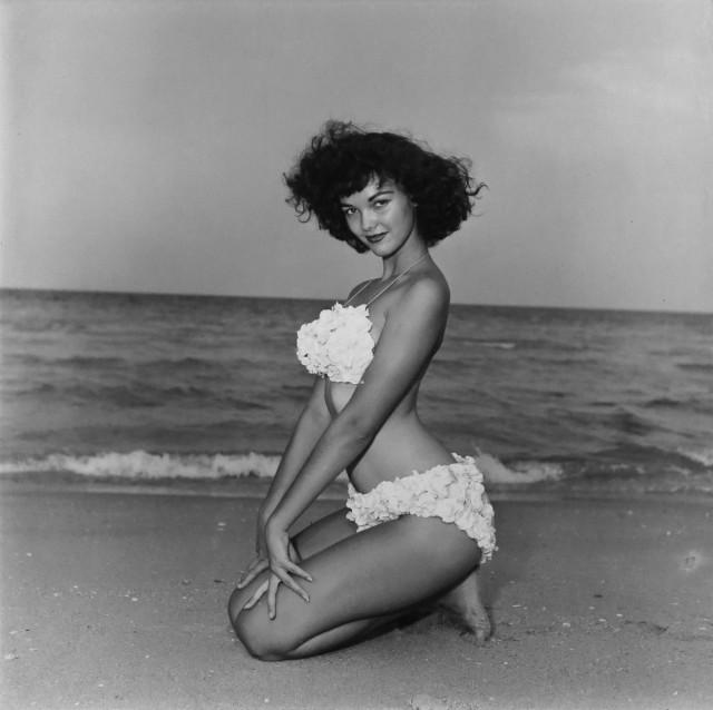 Джеки Уокер в купальнике, 1954. Банни Йеджер