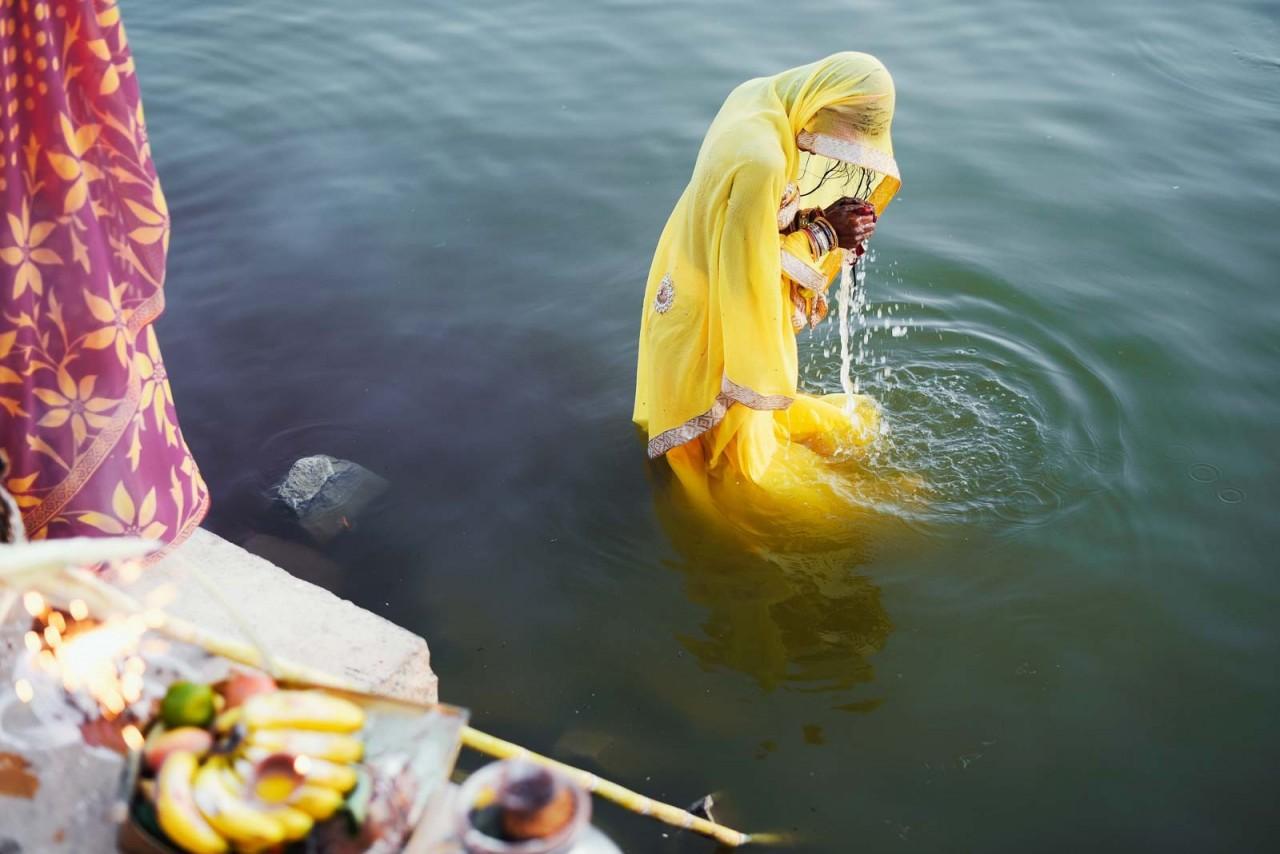 Категория «Фотожурналист». Женщины молится в день рождения Будды. Джайсалмер, Индия. Автор Эмра Уйгун