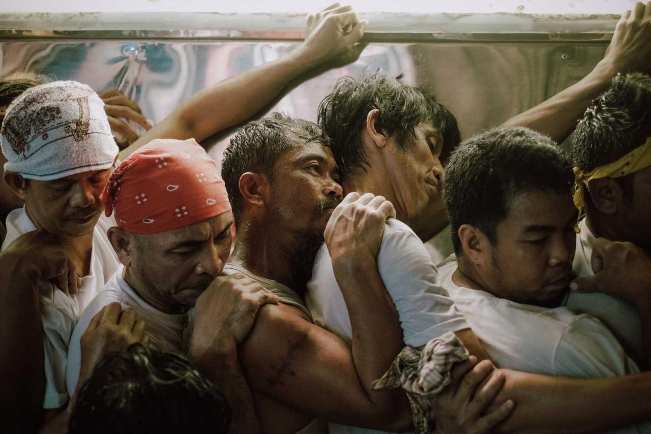 Категория «Фотожурналист». Святая неделя, процессия в Лукбане, Филиппины. Автор Марлон Э. Вильяверде