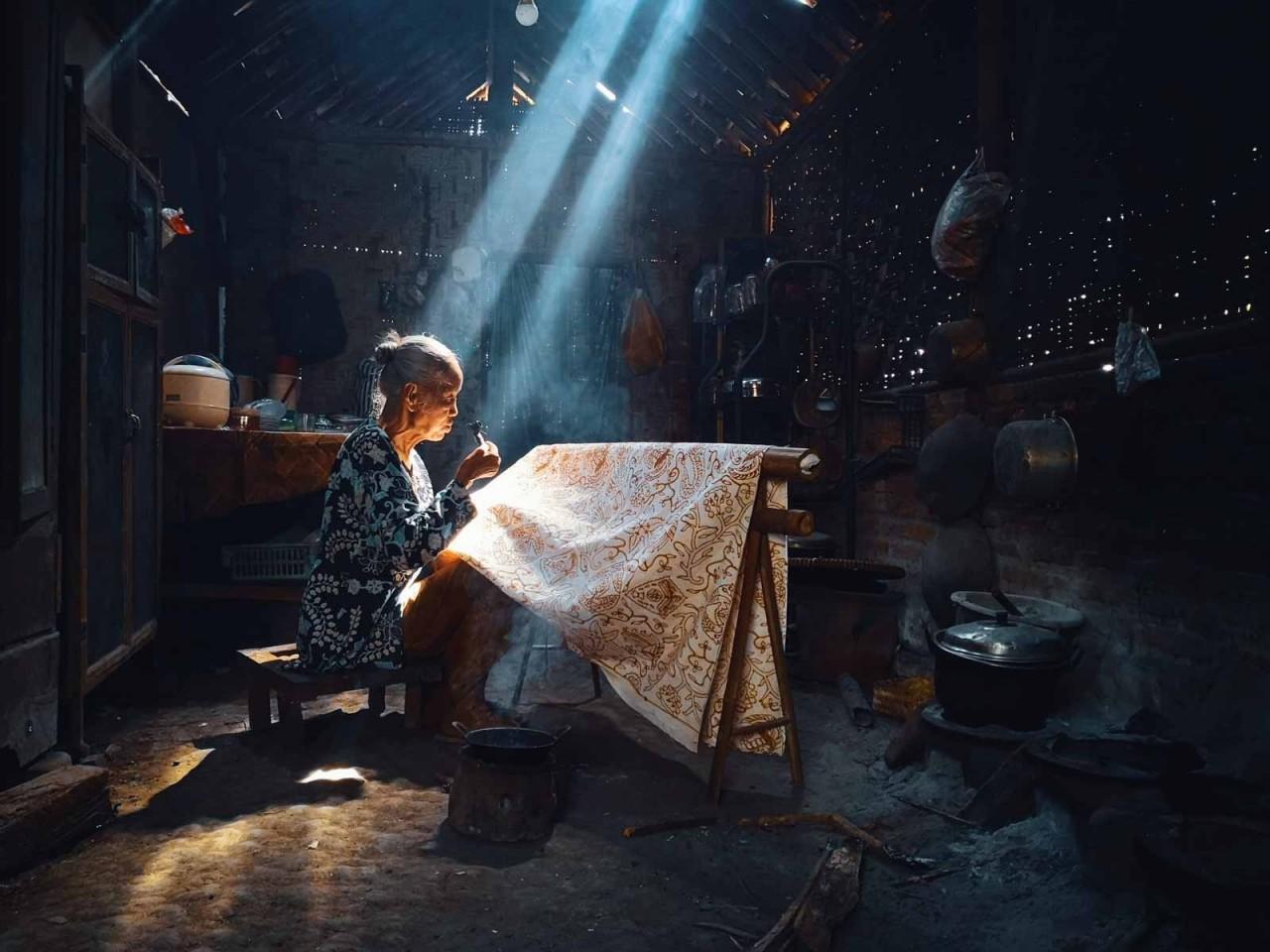 Категория «Мобильный фотограф». Роспись батик в Джокьякарте, Индонезия. Автор Бимо Прадитьо