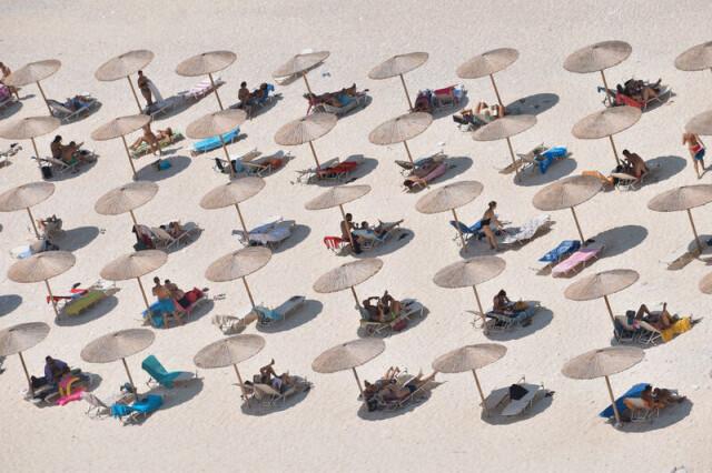 3 место в категории «Минималист», 2021. Люди, зонтики и тени. Автор Fotini Georgakopoulou