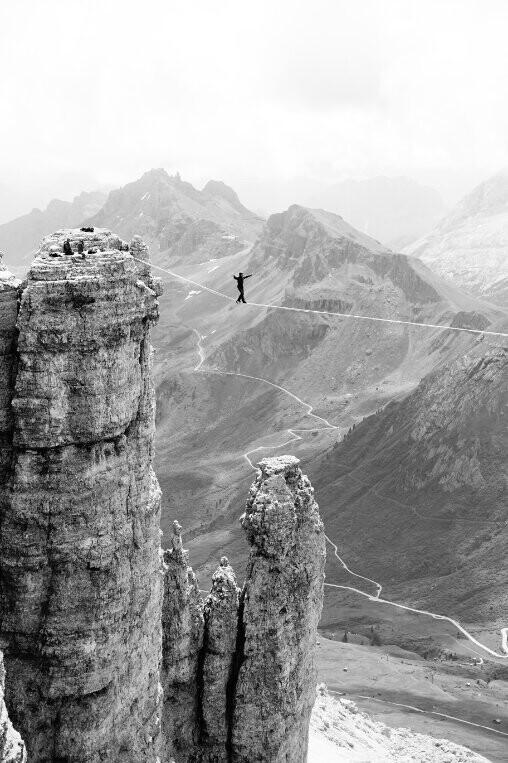 2 место в категории «Природные просторы», 2021. Смелость спортсменов на фоне Доломитовых Альп. Автор Адриан Пухолас