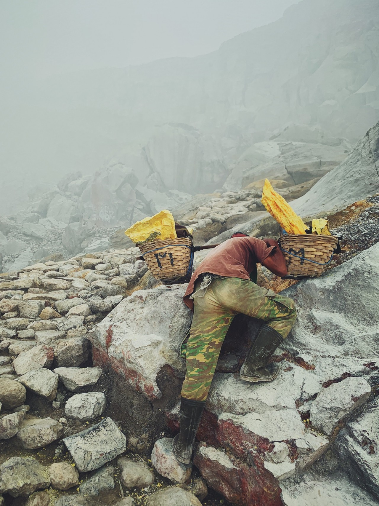 3 место в категории «Образ жизни», 2020. «Золото дьявола» (природная сера). Вулкан Кава Иджен, Индонезия. Автор Лю Дан