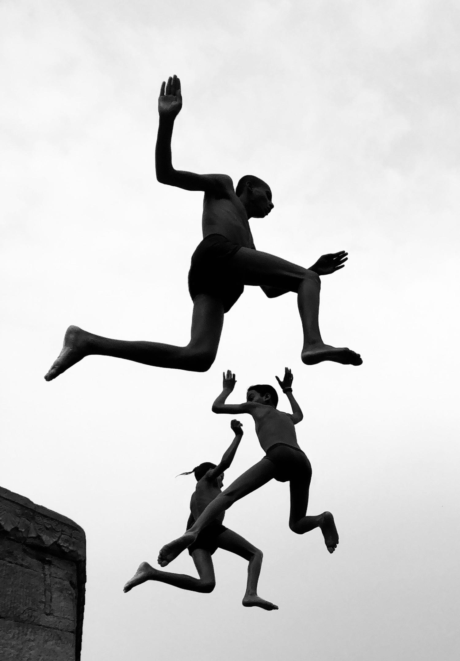 Гран-при, «Фотограф года», 2020. Летающие мальчики, Варанаси, Индия. Автор Димпи Бхалотия