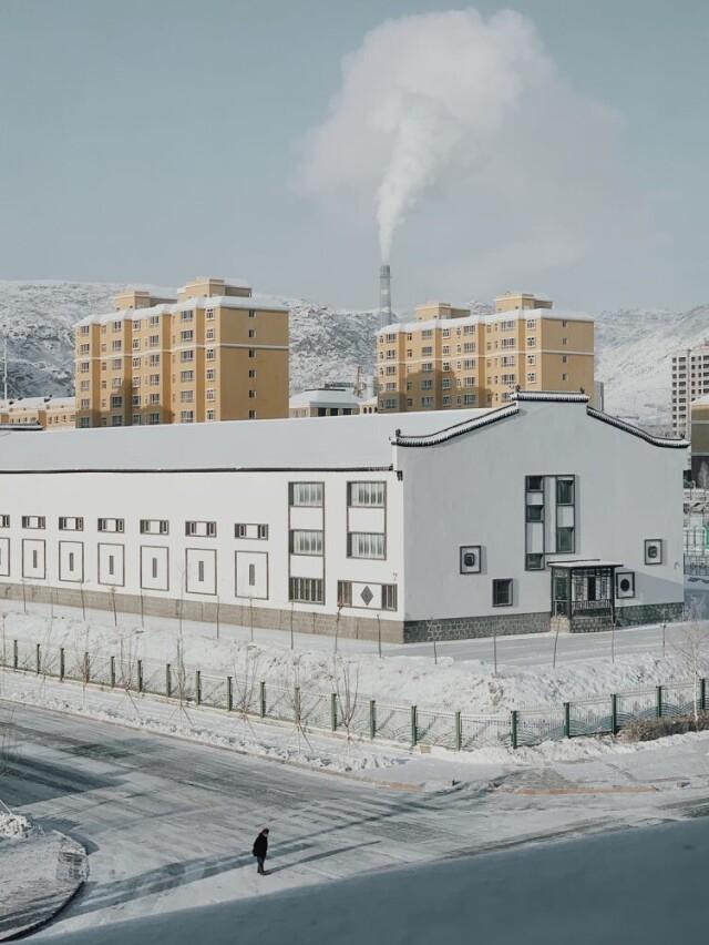 2 место в категории «Городская жизнь», 2021. Зимний рассвет в маленьком городке. Синьцзян, Китай. Автор Лиси Ли