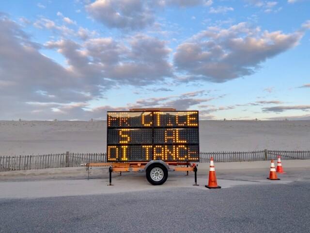 3 место в категории «Городская жизнь», 2021. «PR_CTICE S___AL DI_TANCE». Орлеан, Массачусетс, США. Автор Энн Гори-Гудман