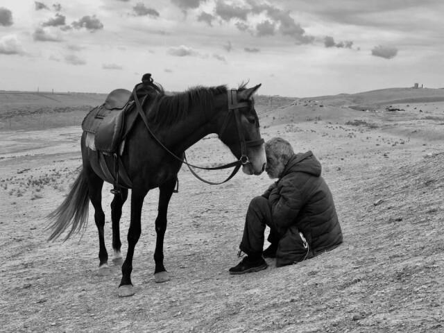1 место в категории «Фотограф года», 2021. «Связь». ЯнарДаг, Азербайджан. Автор Шаран Шетти