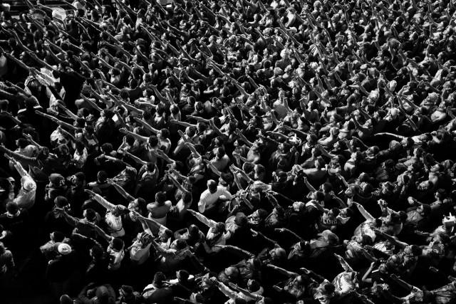 Победитель в категории «Долгосрочный проект», 2020. В 2001 году в Алжире запретили уличные демонстрации, и молодёжь выражает протесты песнями на футбольном стадионе. Автор Ромен Лорендо