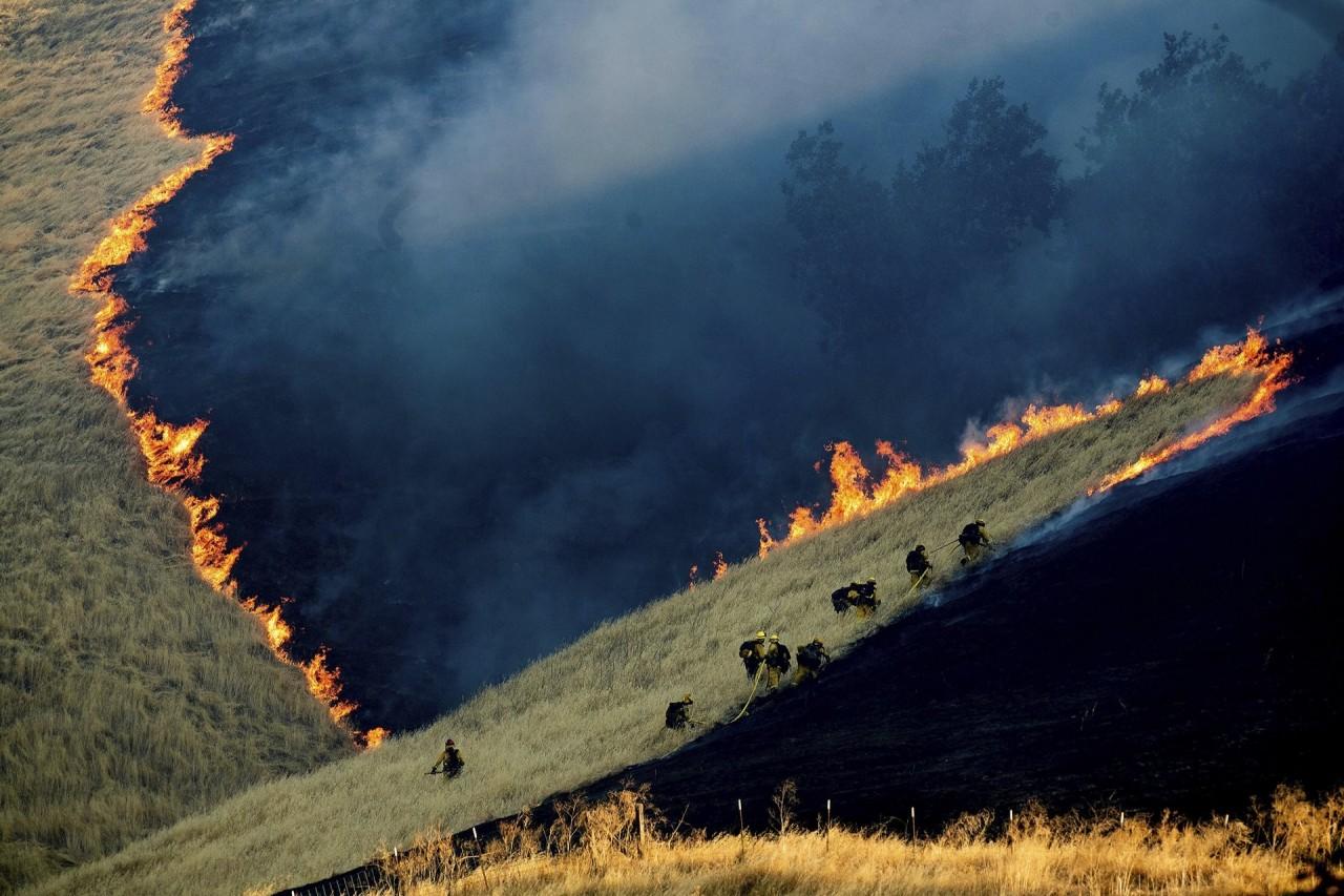 2 место в категории «Окружающая среда», 2020. Пожарные сражаются с огнём недалеко от города Брентвуд, штат Калифорния, США. Автор Ноа Бергер