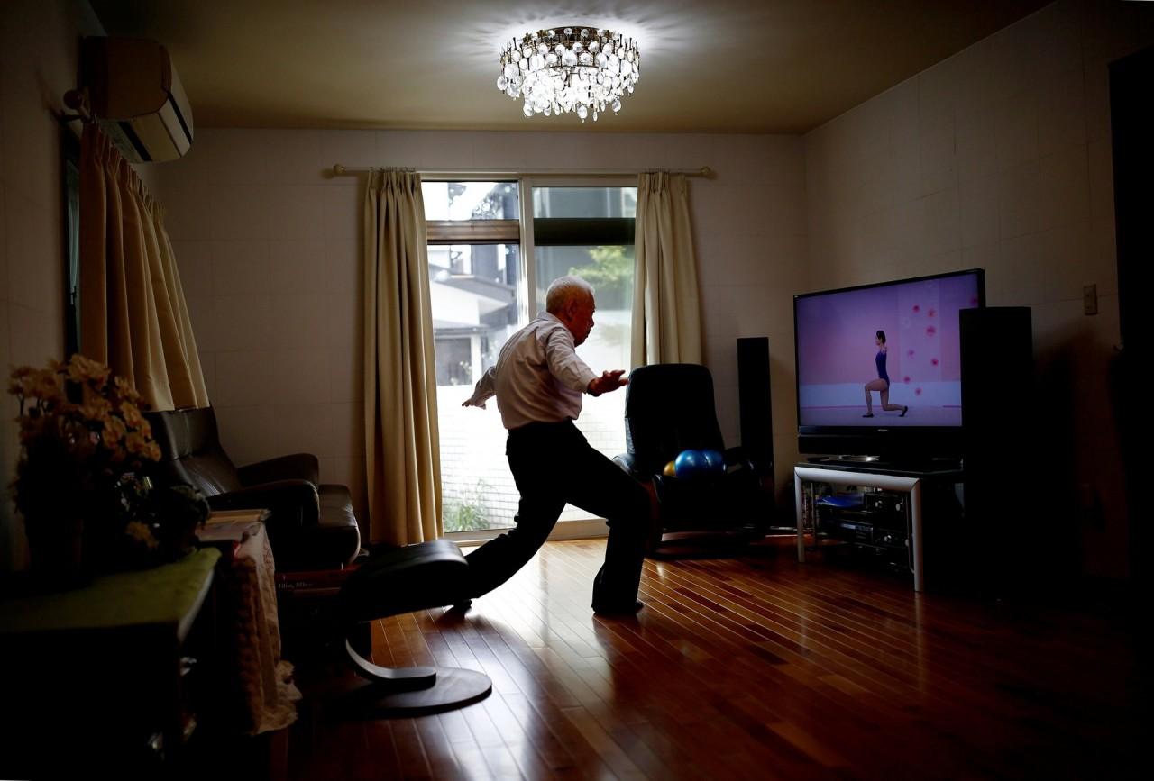 3 место в категории «Спорт», фотосерия, 2020. «Японские ветераны регби». 86-летний Рюичи Нагаяма делает физические упражнения дома в Токио. Автор Ким Кён Хун