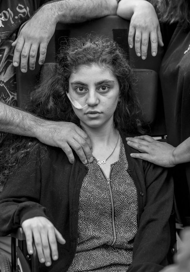 1 место в категории «Портреты», 2020. 15-летняя армянская девушка Эва, очнувшаяся от кататонического ступора, в окружении родителей в центре для беженцев в Польше. Автор Томек Качор