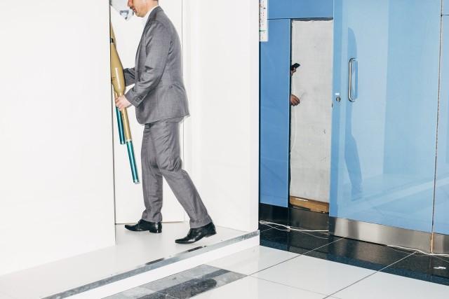 1 место в категории «Современные проблемы», 2020. Участник Международной оборонной выставки в Абу-Даби (IDEX) убирает в склад противотанковые гранатомёты. Автор Никита Терёшин