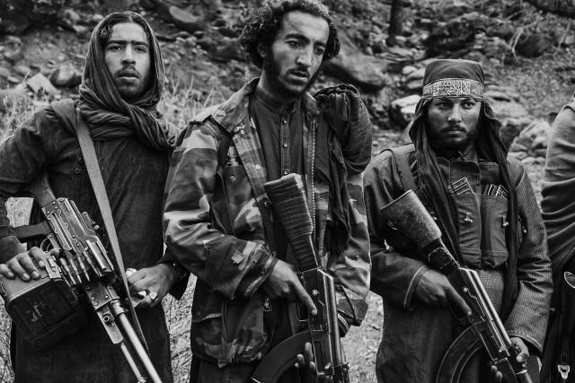 1 место в категории «Современные проблемы», фотосерия, 2020. «Самая длинная война». Бойцы талибов в отдалённом укрытии на востоке Афганистана. Автор Лоренцо Тугноли