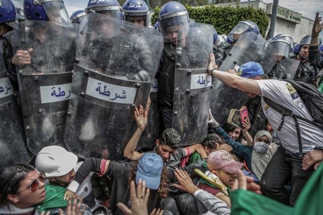 1 место в категории «Срочные новости», 2020. Студенты и полиция во время антиправительственной демонстрации в Алжире, 21 мая 2019 года. Автор Фарук Батич