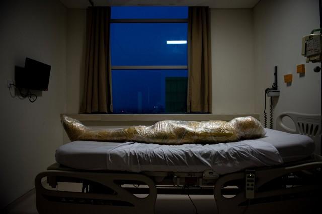 2 место в категории «Общие новости», 2021. Тело жертвы коронавируса в больнице, Индонезия, 18 апреля 2020 года. Автор Джошуа Ирванди