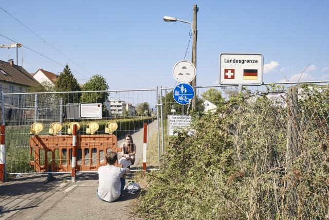 2 место в категории «Общие новости», серия, 2021. Свидание германско-швейцарской пары, 25 апреля 2020 года. Из-за пандемии Швейцария закрыла свои границы впервые со времён Второй мировой войны. Автор Роланд Шмид