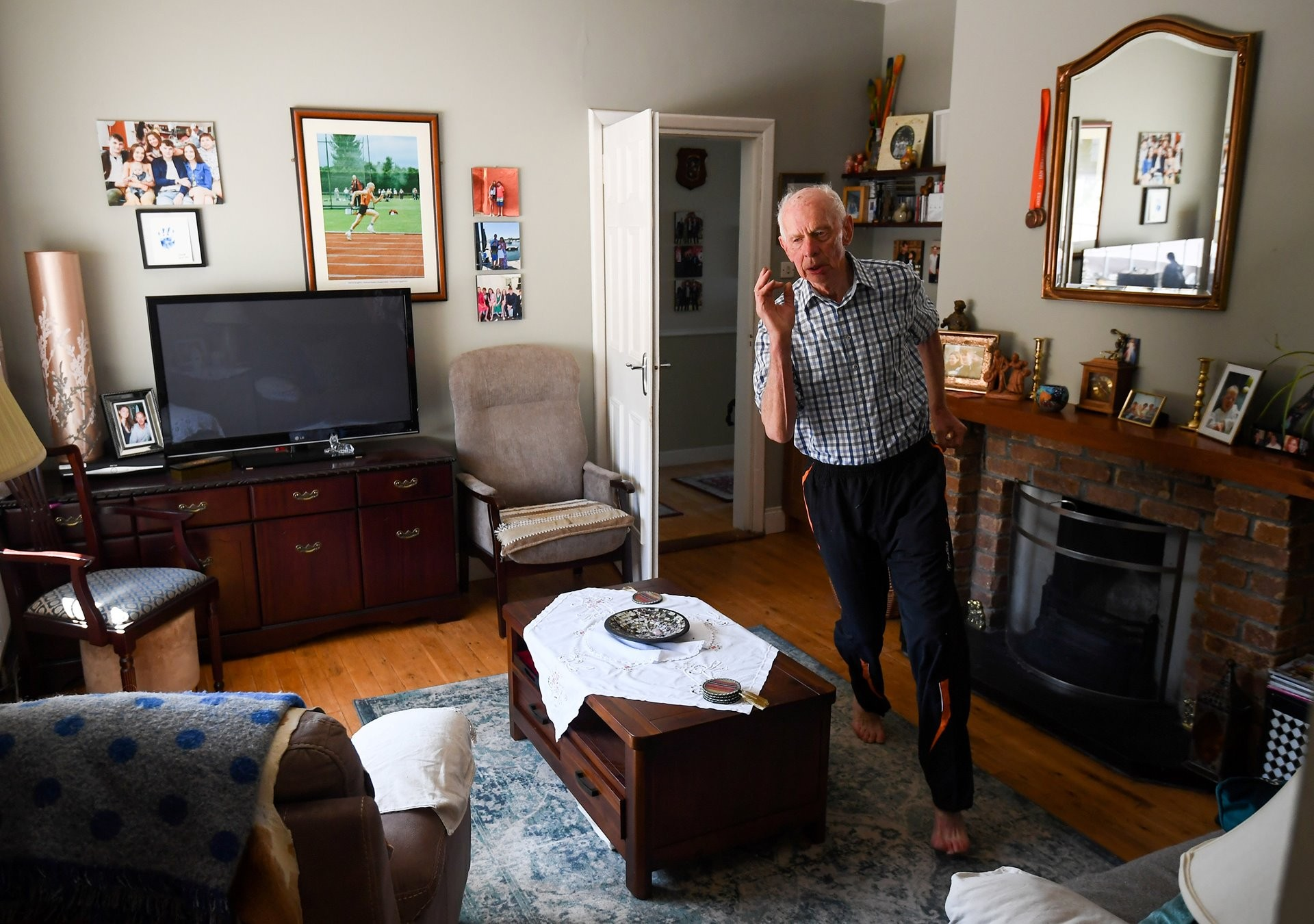 2 место в категории «Спорт», 2021. Спортсмен Пэт Нотон (87 лет) тренируется в своём доме во время карантина. Графство Типперэри, Ирландия, 4 мая 2020 года. Автор Стивен МакКарти
