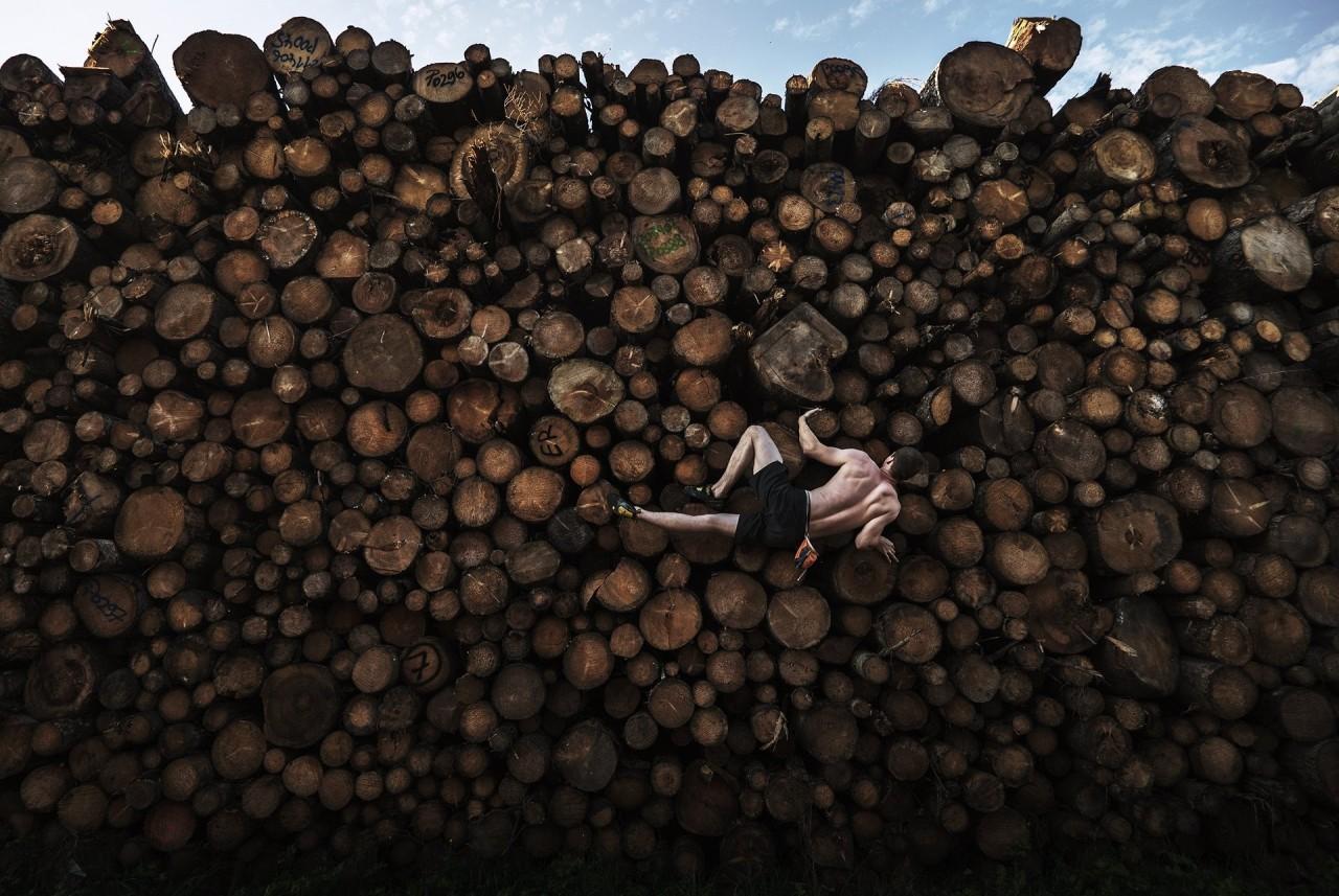 1 место в категории «Спорт», 2021. Георг взбирается на брёвна, тренируясь по боулдерингу (вид скалолазания) в Кохель-ам-Зе, Бавария, Германия, 15 сентября 2020 года. Автор Адам Претти