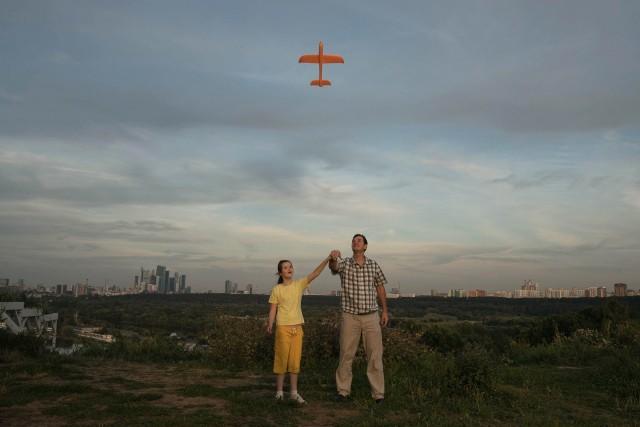 3 место в категории «Портреты», 2021. Отец учит свою дочь-аутистку Ксению (10 лет) запускать игрушечный самолёт в Москве 23 августа 2020 года. Автор Татьяна Никитина