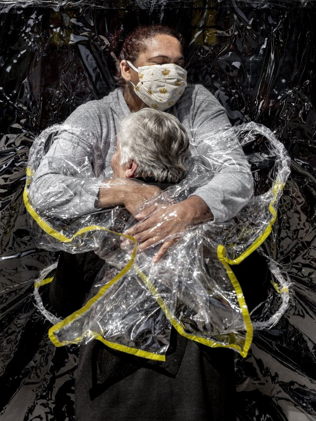 «Фотография года 2021». Медсестра пансионата для престарелых обнимает 85-летнюю Розу Луизу Лунарди. Сан-Паулу, Бразилия, 5 августа 2020 года. Автор Мадс Ниссен
