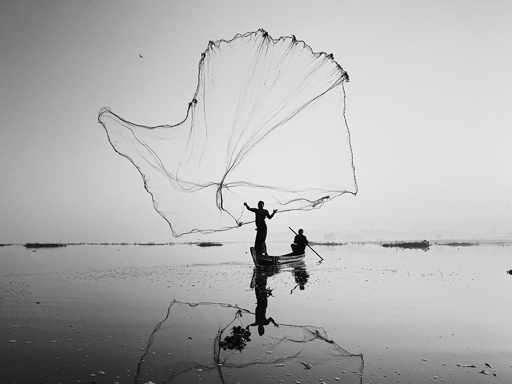 Победитель в категории «Силуэты», 2020. «На озере Инле». Автор Дэн Лю