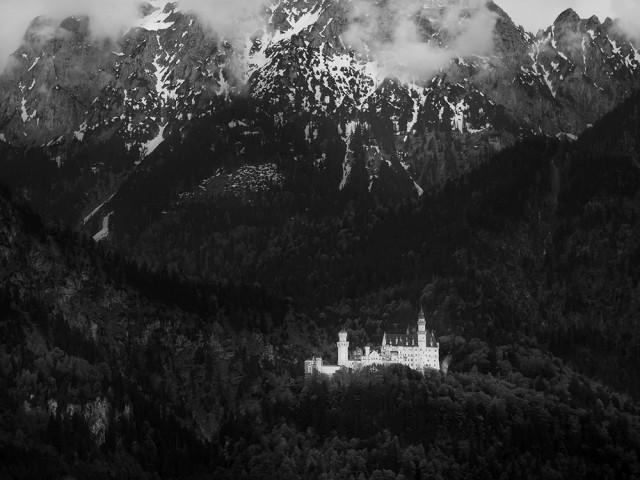 Поощрительная премия в категории «Чёрно-белое фото», 2020. «Замок и горы». Автор Бенни Лау