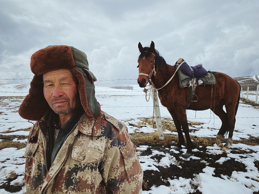 Из портфолио главного победителя Mobile Photography Awards 2020. Конюх со своей лошадью. Автор Дэн Лю