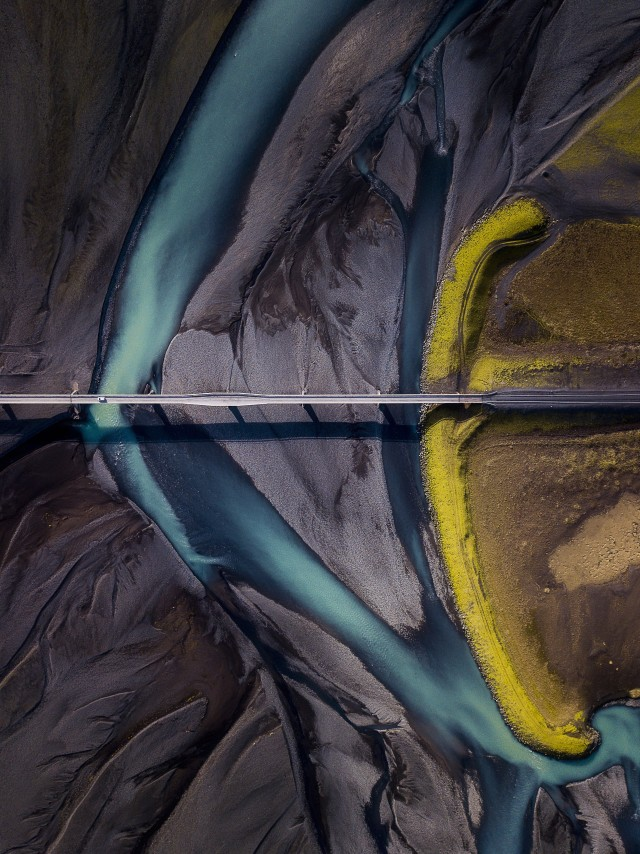 2 место в номинации «Пейзажная фотография года» 2020. Сосуществование. Недалеко от горы Лоумагнупюр на юге Исландии. Автор Дипанджан Пал