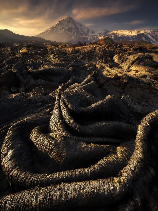 3 место в номинации «Пейзажный фотограф года» 2020. Лавовое формирование возле вулкана на Камчатке. Автор Изабелла Табаччи
