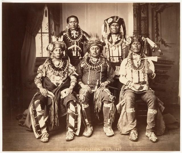 Делегация индейского племени ото-миссури на переговорах с правительством США по достижению мира, 1881. Автор предположительно Джон К. Хиллерс