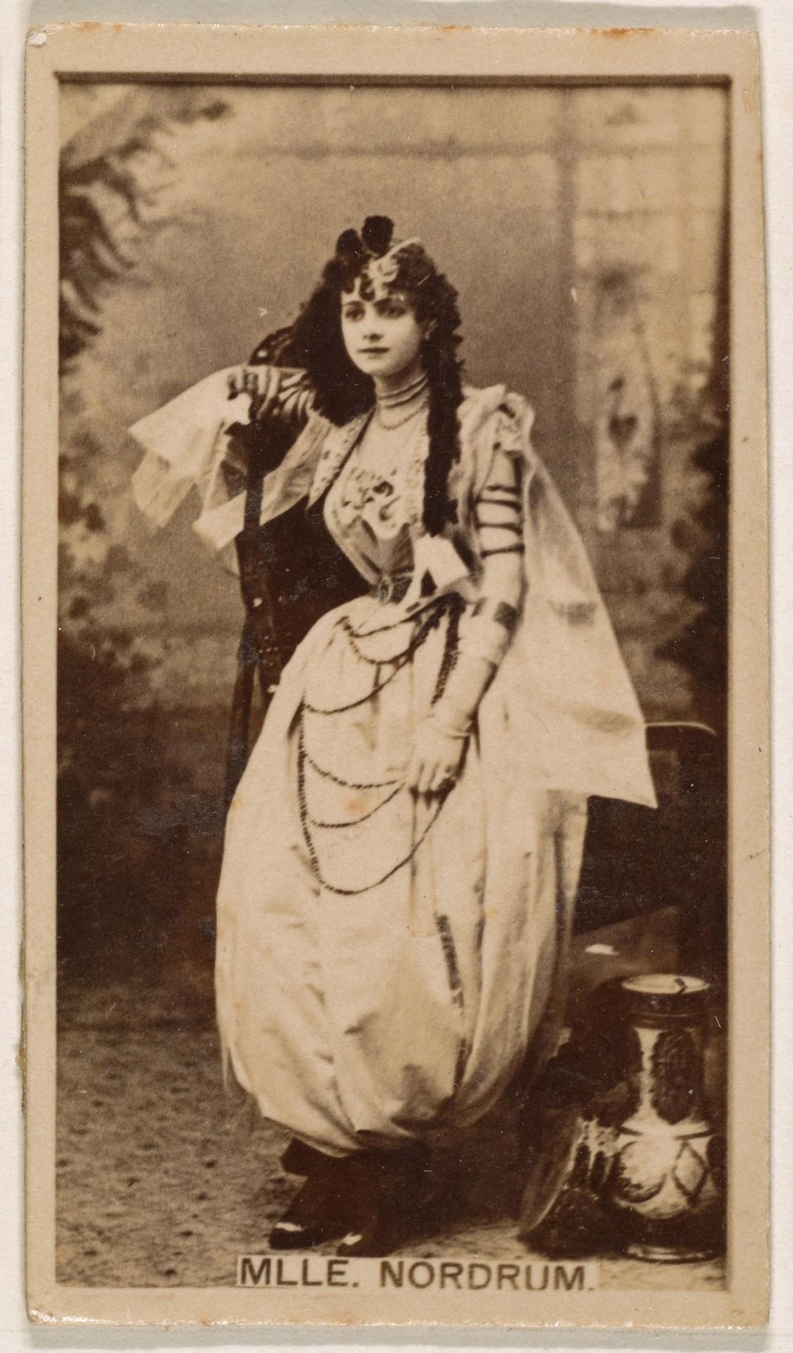 Мадемуазель Нордрум, торговая карточка из серии «Актрисы», выпущенной компанией «Братья Кинни» для рекламы сигарет, 1890