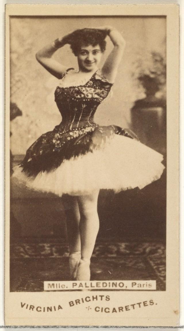 Мадемуазель Палледино, Париж, из серии торговых карточек «Актёры и актрисы» для сигарет Virginia Brights. Автор «Аллен и Гинтер»