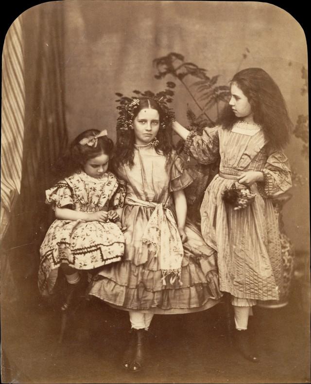 Флора Ранкин, Ирэн МакДональд и Мэри Джозефина МакДональд, 1863. Автор Льюис Кэрролл