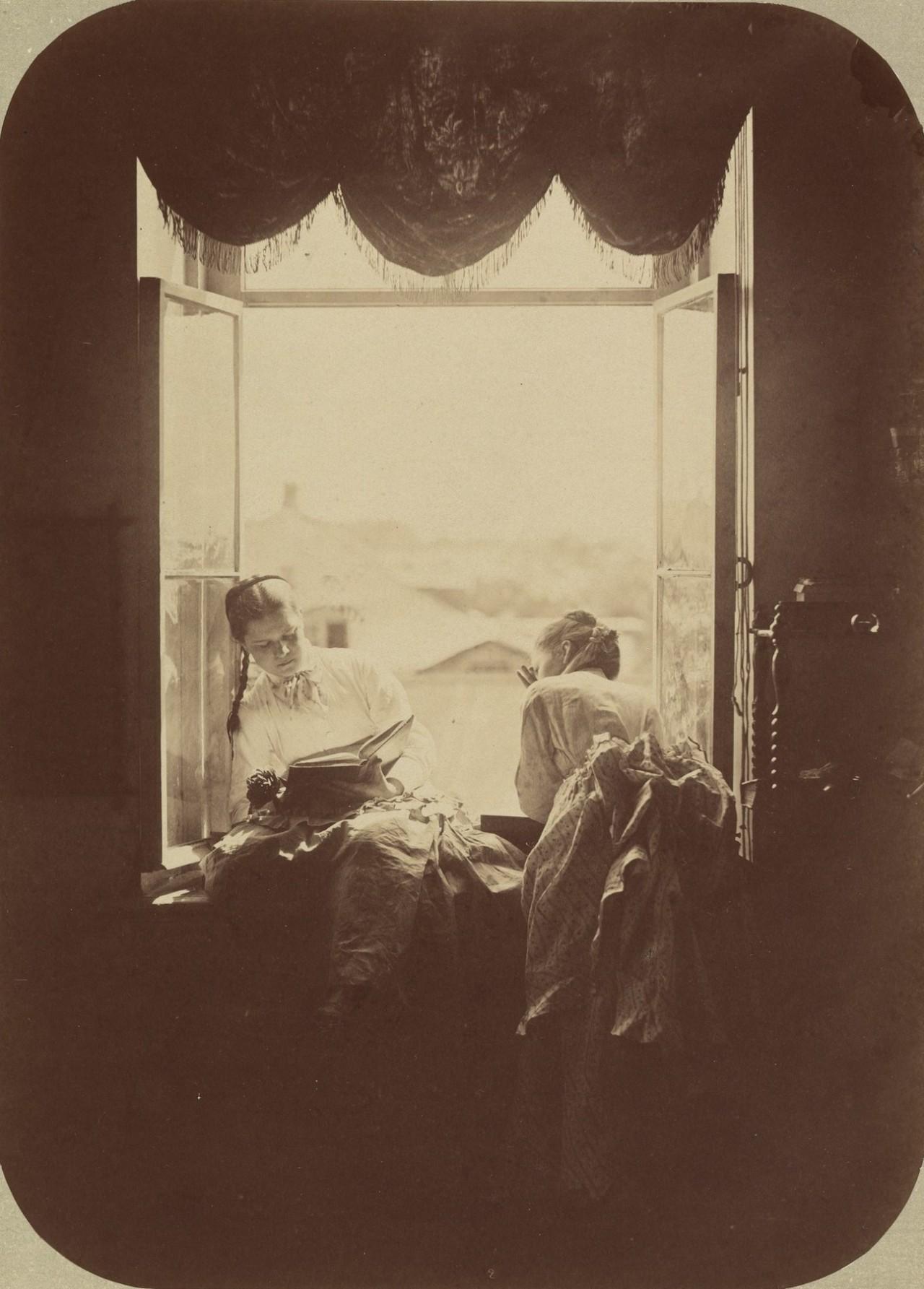 Две молодые женщины у окна, ок. 1870. Автор Андрей Осипович Карелин