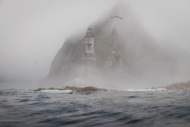 Финалист в номинации «Пейзаж», 2021. Заброшенный маяк Анива в тумане. Автор Александр Усик