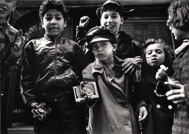 Бейсбольные карточки, Нью-Йорк, 1955 год. Фотограф Уильям Кляйн