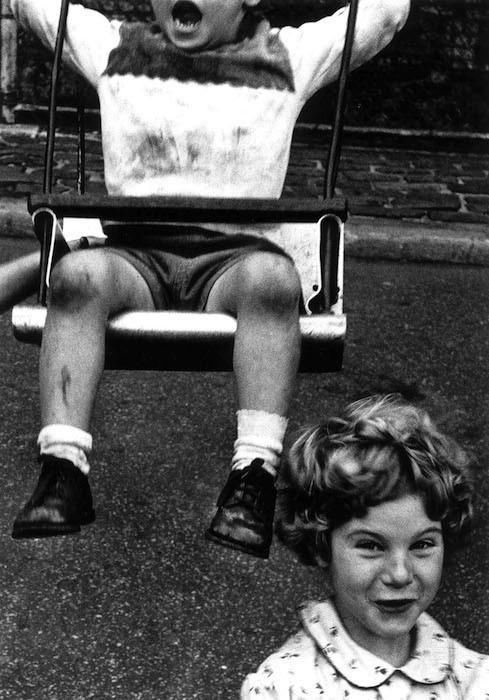 Мальчик и девочка, Нью-Йорк, 1955 год. Фотограф Уильям Кляйн